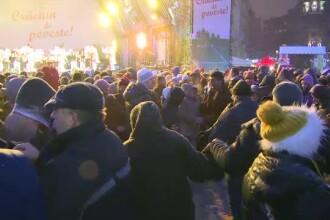 Sute de oameni au dansat in hora in Piata Universitatii, de Ziua Nationala. Spiritul sarbatorii i-a cuprins si pe straini