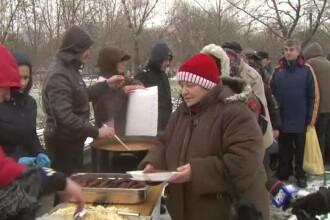 40 de bucatari au gatit in parcul bucurestean Titan 10.000 de portii de fasole cu ciolan. Ce le-au reprosat oamenii