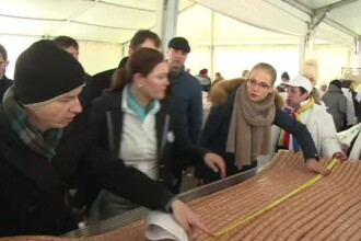 De Ziua Nationala, Ploiestiul a fost unit simbolic de Bucuresti cu un ... carnat. Are aproape 63 de kilometri si 51 de tone