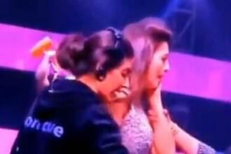 O prezentatoare TV din India a fost plesnita de un barbat din public pentru ca era imbracata sumar. VIDEO