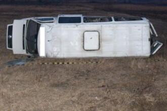 13 persoane au fost ranite dupa un accident in care a fost implicat un microbuz. Soferul acestuia ar fi adormit la volan