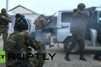 IMAGINILE asaltului sangeros din Cecenia. Cel putin 10 membri ai fortelor de securitate ruse au fost ucisi. VIDEO