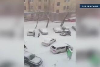 Stare de urgenta in Siberia din cauza unei furtuni de zapada. Un camion in deriva a lovit zece masini