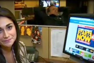 Ce se intampla in spatele unui reporter din SUA, care filmeaza un material in redactia de stiri