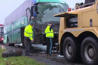 Tragedie evitata in ultimul moment. Un autocar cu zece persoane la bord s-a lovit puternic de un TIR aflat pe contrasens