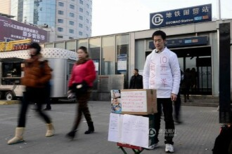 Povestea dramatica a unui barbat din China. Se lasa batut contra cost pentru a-si salva fiul de la moarte