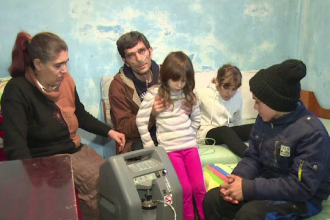 In casa familiei Craciun, copiii viseaza ca Mosul sa le salveze tatal. Povestea trista a 6 suflete ce traiesc de azi pe maine