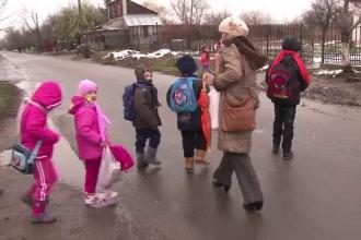 Situatie grea pentru zeci de copii din Braila. Parintii nu mai au bani sa-i trimita cu microbuzul la scoala aflata la 5 km