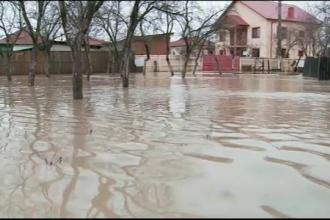 Inundatiile au facut prapad in zeci de localitati din patru judete. Un barbat din Arges a murit inecat in apropierea casei