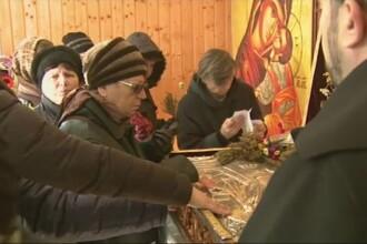 Pelerinaj in Bucuresti. Mii de oameni au venit sa se inchine la moastele Sf. Spiridon