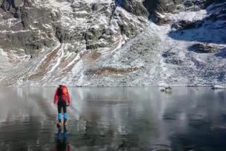Doi alpinisti traverseaza un lac inghetat extrem de limpede. Imaginile care au strans peste 3 milioane de afisari