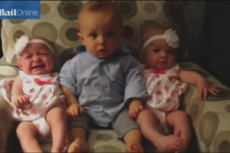 Momentul in care un baiat din SUA vede pentru prima oara gemene. Reactia de milioane a copilului