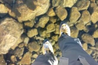 VIDEO. Imagini spectaculoase: Doi alpinisti traverseaza un lac inghetat extrem de limpede, in Slovacia