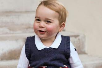 Printul George, fotografiat in curtea Palatului Kensington. Imaginile care au fermecat presa britanica