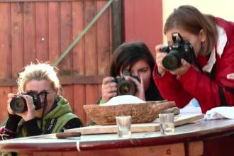 Momente autentice la pomana porcului surprinse de 15 pasionati de fotografie. Sedinta foto originala in Tara Fagarasului