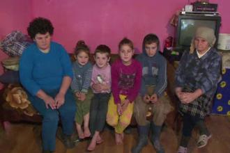 Povestea emotionanta a patru frati din Maramures. Seara stau desculti in frig si mananca mamaliga, ziua muncesc prin vecini
