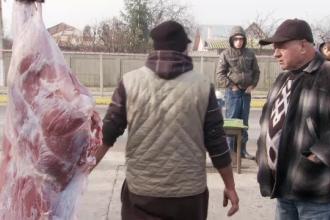 Fermierii vand carnea de porc la mica tocmeala. Cat mai costa un kilogram, in preajma Craciunului
