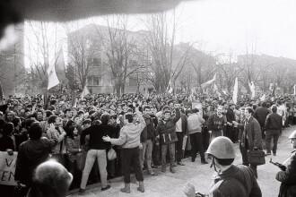 16 decembrie 1989, Timisoara. Momente tensionate, dupa ce Catedrala Metropolitana a fost inchisa,