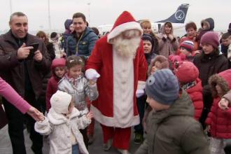Mos Craciun a sosit cu avionul in Romania, cu cadouri pentru toti copiii. Programul incarcat pe care l-a avut miercuri