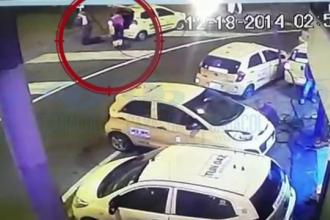 Accident grav surprins de camere. Un barbat care schimba cauciucul masinii a fost spulberat de un SUV condus cu viteza