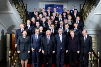 Traian Basescu s-a fotografiat alaturi de Angela Merkel la summitul liderilor europeni si la reuniunea PPE