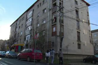 Gest inexplicabil al unui barbat din Oradea. S-a aruncat de la etaj in brate cu fiul sau de 6 ani si au scapat ca prin minune