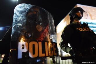 Un barbat de culoare din SUA a fost impuscat de politisti, dupa ce i-a chemat acasa, pentru ca fusese jefuit