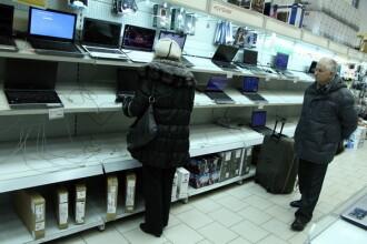 Tara care blocheaza online-ul, in urma prabusirii monedei din cauza Rusiei. Populatia disperata isi goleste conturile