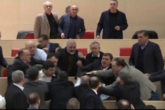 Scene incredibile in Parlamentul georgian. Alesii si-au impartit pumni si palme, chiar inainte de sarbatori
