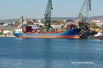 Nava moldoveneasca la bordul careia s-ar afla imigranti sirieni si-a schimat directia. Comandantul spune ca nu sunt probleme