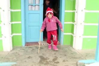 Mergea la gradinita in genunchi si in palme. Povestea Denisei, fetita pe care boala n-a fortat-o sa renunte la carte