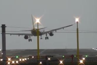 Momentul de cosmar in care pilotul unui avion e nevoit sa abandoneze aterizarea din cauza vantului puternic. VIDEO