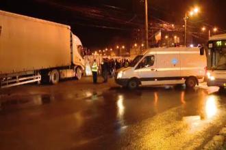Un sofer de TIR a facut infarct in timp ce traversa Timisoara. Autotrenul a trecut pe langa oameni si s-a oprit intr-un gard