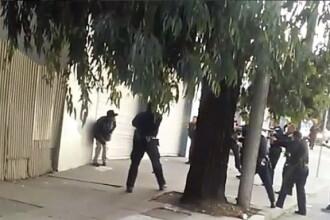 Momentul in care un barbat de culoare este impuscat de 8 politisti, pe o strada din SUA. Ce tinea suspectul in mana. VIDEO