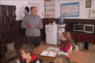 "Invatatorul din Hunedoara care isi aduce singur elevii la ore. ""Are vreun rost sa ma duc la scoala fara copii?"""