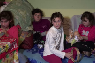 Mama le-a abadonat pentru un barbat cunoscut pe Facebook, iar tatal si bunica abia le cresc. Drama a 3 fetite din Baia Mare