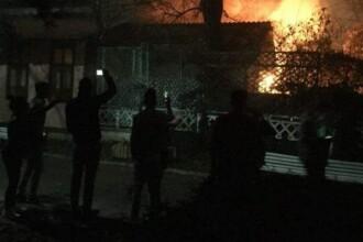 Incendiu la un club din Focsani. O anexa a cladirii a fost cuprinsa de flacari, in timp ce zeci de tineri petreceau. VIDEO