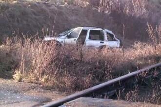 Trei morti, dupa ce masina in care se aflau a fost lovita de tren. Soferul ar fi incercat sa ocoleasca bariera de semnalizare