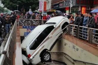 Neatentie uriasa la volan. O soferita a ajuns cu masina intr-o intrare de metrou dupa ce a pierdut controlul. FOTO