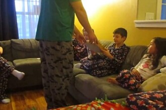 Copiii au izbucnit in lacrimi cand si-au vazut cadoul de Craciun. Ce se afla in cutia primita de la parinti