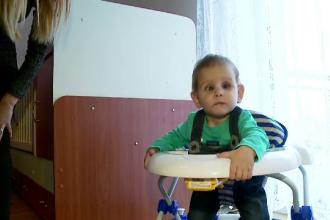 Dragos, copilul condamnat la orbire, va fi operat in SUA. Suma adunata din donatii prin SMS in doar 24 de ore
