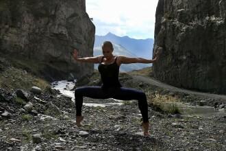 Rusoaica de 34 de ani, mama a trei copii, care face senzatie pe internet cu pozitiile de yoga. Ce spune sotul ei. FOTO
