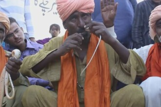 Ce reuseste sa faca un barbat din Pakistan cu un sarpe veninos, fara sa fie ranit. Spectatorii sai sunt uimiti. VIDEO
