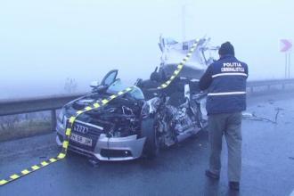 Un TIR incarcat cu masini a intrat intr-un automobil in care se aflau 2 tineri. Soferul autoturismului, in coma la spital