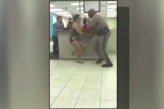 Bataie intre un politist si o tanara din Florida, suprinsa de camerele video. Ce a facut femeia cand a fost data afara
