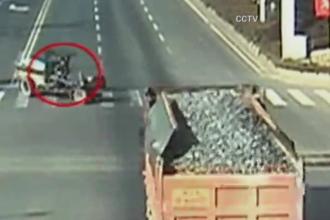 Accident bizar intr-o intersectie din China. Momentul in care un mic tractor a fost spulberat de un camion. VIDEO