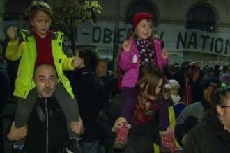 Parintii fotografi care si-au luat copiii la protestele impotriva coruptiei.