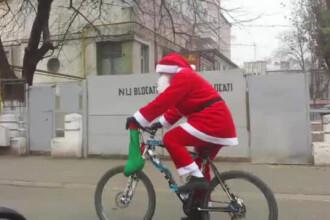 Mos Craciun a ajuns pe bicicleta in orasul care nu are luminite de sarbatori. Primarul da vina pe tragedia din Colectiv