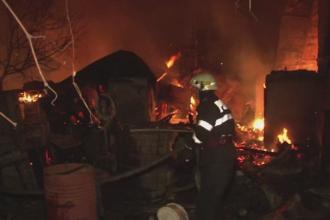 Doua familii din Bacau au ramas pe drumuri cu cateva zile inainte de Craciun, dupa ce un incendiu le-a distrus casa