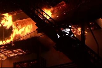 Hotel din Vidraru distrus in incendiu inainte de sosirea turistilor. Pompierii au ramas fara apa, chiar daca erau langa lac